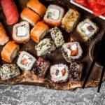 Bandeja con mix de piezas de sushi vegetarianas